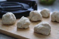 Prêt de la pâte de tortilla pour le pressing Photos stock