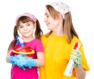 Prêt de maman et de fille nettoyé dans la maison D'isolement sur le blanc photos stock