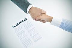 Prêt hypothécaire et homme et femme se serrant la main, vignetted photos stock