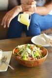 Prêter l'attention à la cuisson rendra la nourriture plus délicieuse Photographie stock libre de droits