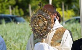 Prêtre avec l'ostensoir précieux Photos stock