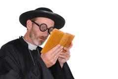 Prêtre avec la bible Image stock