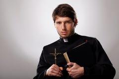 Prêtre avec la croix et la Sainte Bible photographie stock libre de droits