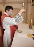Prêtre avec le capuchon à la masse tridentine photographie stock libre de droits