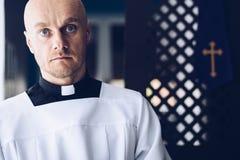 Prêtre catholique dans l'église images libres de droits
