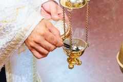 Prêtre chantant dans un foog chrétien de rite d'église d'encensoir de sermon photographie stock libre de droits