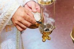 Prêtre chantant dans un foog chrétien de rite d'église d'encensoir de sermon images stock