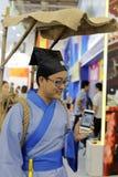Prêtre chinois de taoist employant le wechat tencent de téléphone intelligent Photographie stock