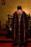 Prêtre dans l'autel Image libre de droits