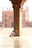 Prêtre dans la mosquée Photographie stock libre de droits