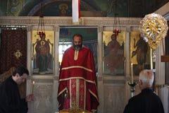Prêtre de chapelle de St George sur la colline de Lycabettus image stock
