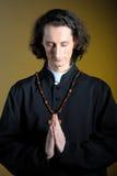 Prêtre de prière avec la croix en bois Photos libres de droits