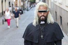 Prêtre effrayant avec des crocs dehors images libres de droits