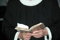 Prêtre et bible Photographie stock