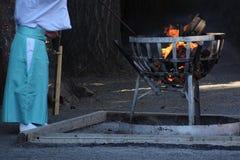 Prêtre et feu de Shinto image stock