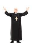 Prêtre mûr avec ses mains dans le ciel photos libres de droits