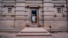 Prêtre non identifié à une des vieilles églises de roche de Lalibela images libres de droits