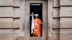 Prêtre non identifié à une des vieilles églises de roche de Lalibela photo libre de droits