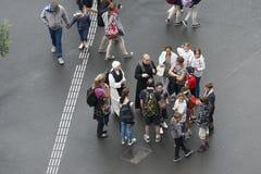 Prêtre, nonnes et pèlerins en Lourdes France image libre de droits