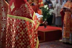 Prêtre orthodoxe de l'église images stock