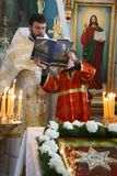 Prêtre orthodoxe et petits sacristains Image stock