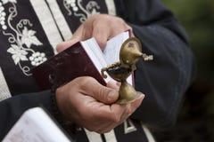 Prêtre orthodoxe Holy Book Incense Photographie stock libre de droits