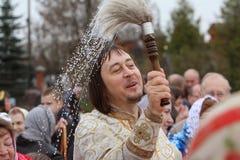 Prêtre orthodoxe pendant la cérémonie Photographie stock libre de droits