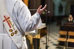 Prêtre pendant une cérémonie Image stock