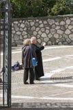 Prêtre supérieur prenant une photo Photos libres de droits