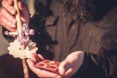 Prêtre tenant des cheveux cutted de cérémonie de baptême et la croix faite avec de la cire photographie stock