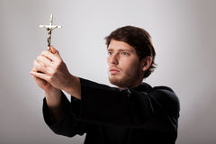 Prêtre tenant le crucifix photos stock