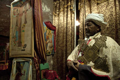 Prêtre tenant une grande croix, Lalibela photographie stock