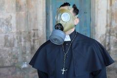 Prêtre utilisant un masque de gaz image stock