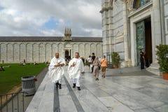 Prêtres à la cathédrale de Pise pise l'Italie images stock
