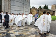 Prêtres à la cathédrale de Pise pise l'Italie photographie stock