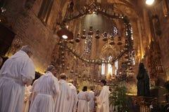 Prêtres à la masse en cathédrale de Palma de Mallorca photo libre de droits
