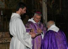 Prêtres à la masse en cathédrale de Palma de Mallorca photographie stock libre de droits