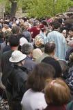 Prêtres dans la foule image stock