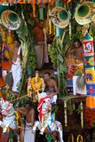 Prêtres indous se tenant sur le char décoré pendant le festival, Ahobilam, Inde Photos stock