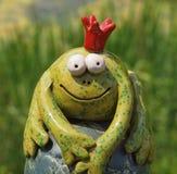 Príncipe de cerámica divertido de la rana con la corona imágenes de archivo libres de regalías
