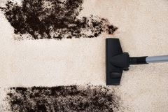 Próżniowego cleaner cleaning dywan Fotografia Royalty Free