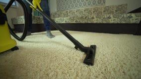 Próżniowy cleaner czyści dywan Mężczyzna od cleaning firmy prac, vacuuming dywan zdjęcie wideo