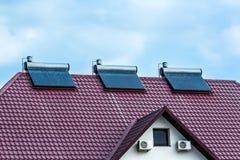 Próżniowych poborców słoneczny wodny ogrzewanie na czerwień dachu Obraz Stock