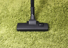 Próżniowy cleaner na Zielonym dywanie Obrazy Royalty Free