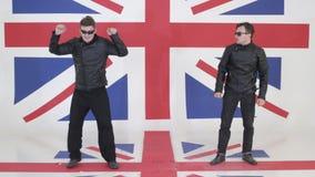 Próba dynamiczni faceci z okularami przeciwsłonecznymi w rzemienny motocykl kurtek tanczyć zbiory
