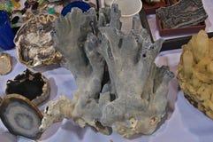 Próbka wystawiająca na stole błękitny kryształ Zdjęcia Royalty Free