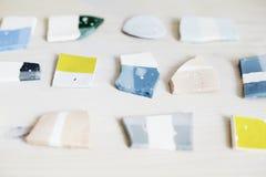Próbki barwiona emalia dla ceramics, ceramiczni kawałki, warsztat w studiu, rzemiosło praca Fotografia Stock