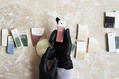 Próbki barwiona emalia dla koloru ceramicznego w rękach, pracuje proces w studiu, glina, drewno, rzemiosło Zdjęcie Royalty Free