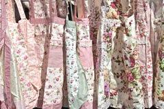 Próbki kolorowi kuchenni fartuchy obrazy royalty free