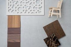Próbki materiał, drewno, na betonu stole Wewnętrznego projekta se Obrazy Stock